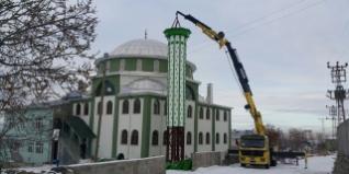 Çelik minare malzemeleri üretildikleri bölgeden kolayca minare inşasının gerçekleşeceği alana nakliye edilebiliyor. Çelik minare firmalarının ellerinde bulundurdukları makine ve teçhizatla her türlü araziye kolayca kurulabiliyorlar.
