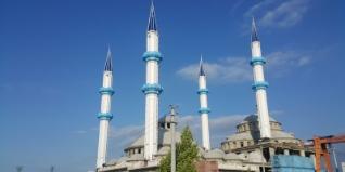 Ezan sesleri yurdumuzun ve dünyamızın dört bir yanında yer alan camilerimizin minarelerinden yükselir. Geçmişte ahşap, taş, tuğla ve betonarmeden yapılan minareler günümüzde ise çelik malzemelerden inşa edilir.