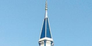 Çelik minareler genellikle üretim öncesi, çelik minare üretimi yapan firmalar tarafından minarenin yapılacağı yerin keşif yapılır sonra projesi hazırlanır ve montajı başlatılır.
